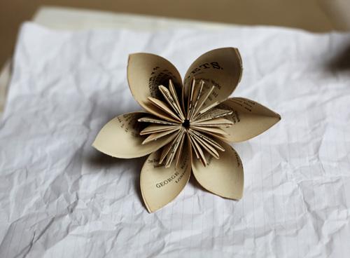 tái chế sách báo cũ thành đồ handmade xinh xắn