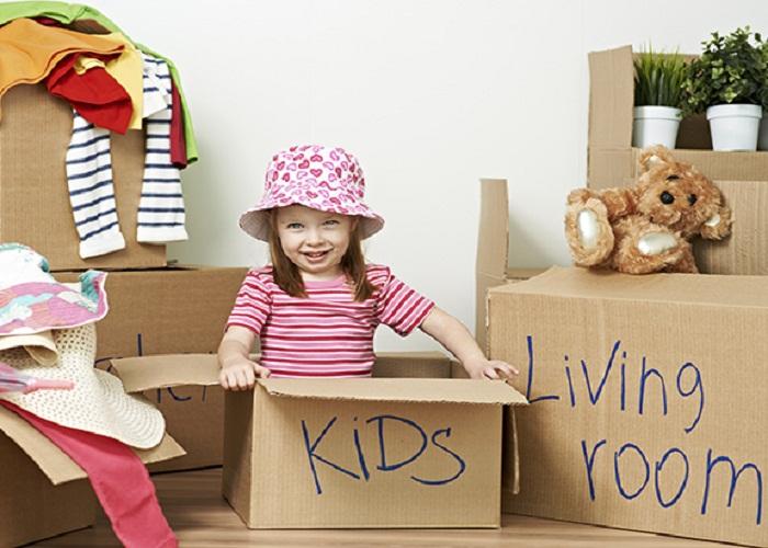 Cho trẻ em tham gia vào việc đóng gói chuyển nhà